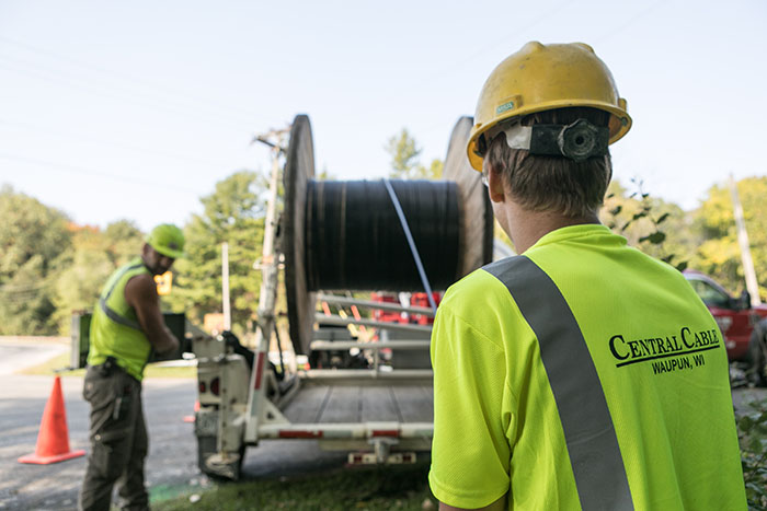 central cable worker unrolling cable